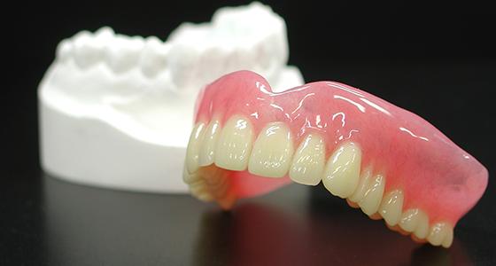 長期的な使用ができるように設計されているので、何度も入れ歯を作り直す必要がありません。